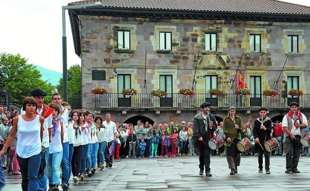Bailando la sokadantza en la plaza de los Fueros ante el ayuntamiento.
