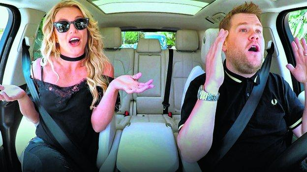 Britney Spears con el conductor de 'Carpool karaoke', James Corden. / R. C.