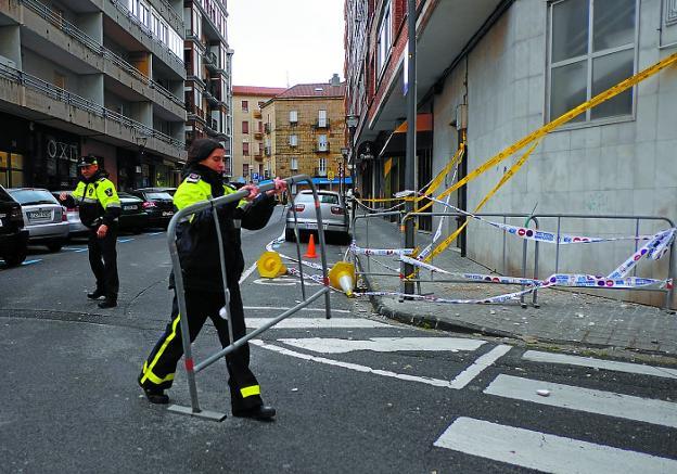 La Policía Local reabre el tráfico en la calle Errenteria tras la actuación de los bomberos. /F. DE LA HERA