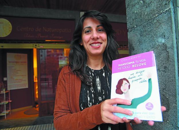 La nutricionista, naturópata y 'life coach' Idoia Berridi, con el libro que acaba de publicar. /F. DE LA HERA