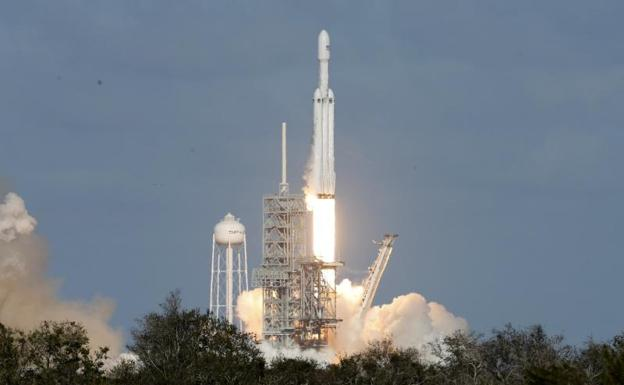 El Falcon Heavy, durante su despegue./Reuters