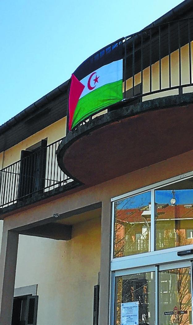 La bandera de la RASD, en el balcón de Bienestar Social. /