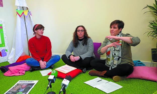 Eunate Encinas, Mónica Martínez y Maider Aizpurua, en el haurtxoko de Palmera Montero. / F. DE LA HERA