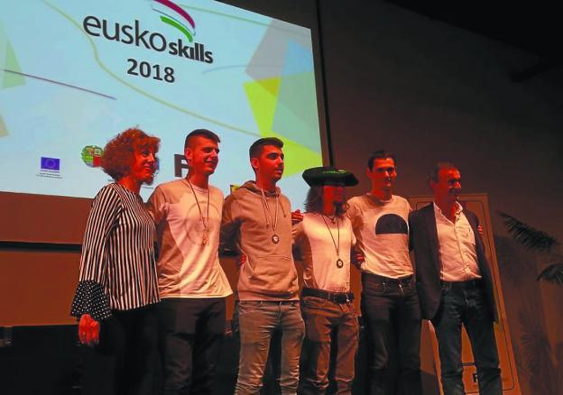 Premios. Unai Alcorta, con txapela, junto a sus compañeros y profesores en el Euskoskills. /