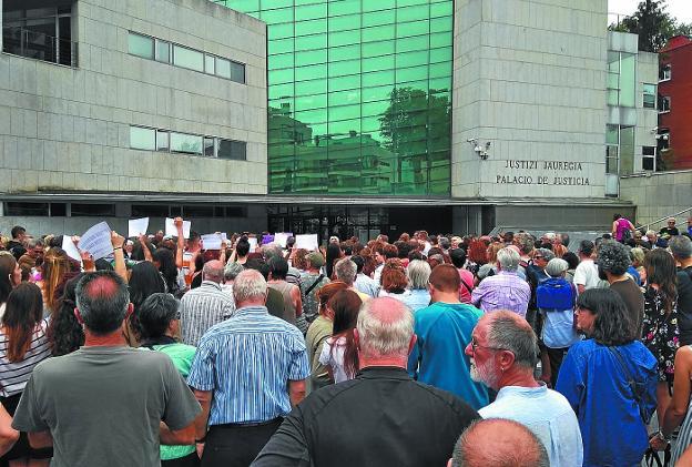 Concentración celebrada ayer en la plaza José Ramón Amunarriz, frente al Juzgado. / EKAITZ RETAMOSA