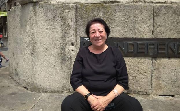 Samia Shannan posa en la plaza de la Virgen Blanca en Vitoria.