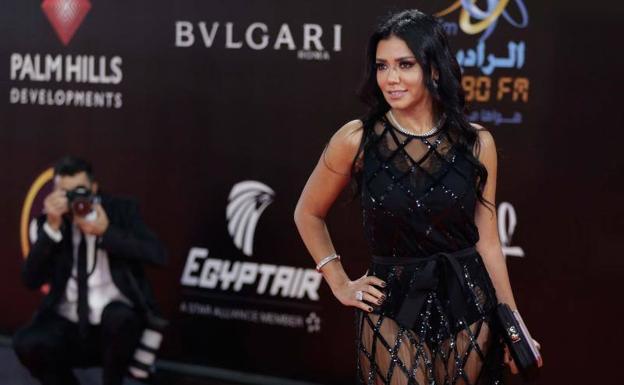 Rania Youssef irá a juicio por usar vestido y enseñar las piernas