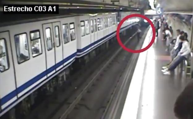 Por utilizar el celular mientras camina, mujer cae a vías del Metro