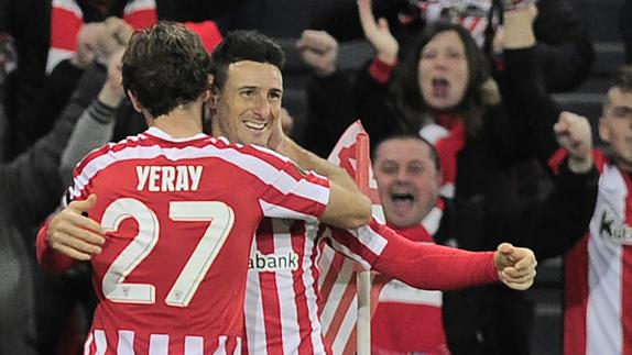 Aduriz y Yeray celebran un gol del Athletic. /