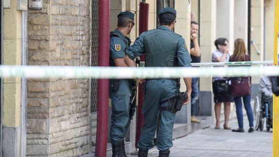 La Guardia Civil en el registro de un piso en Bilbao