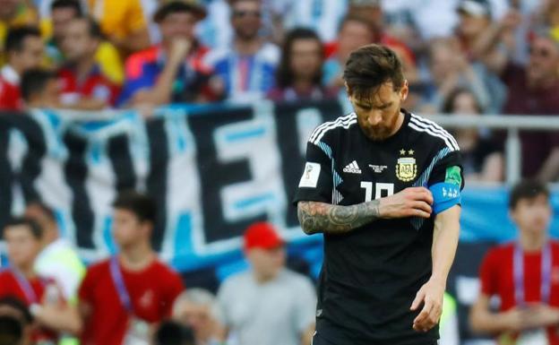 Messi, desolado al término de la partido contra Islandia. / REUTERS