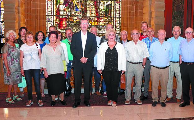 Foto de 'familia' del Consejo de Personas Mayores, junto con Markel Olano y Maite Peña. /