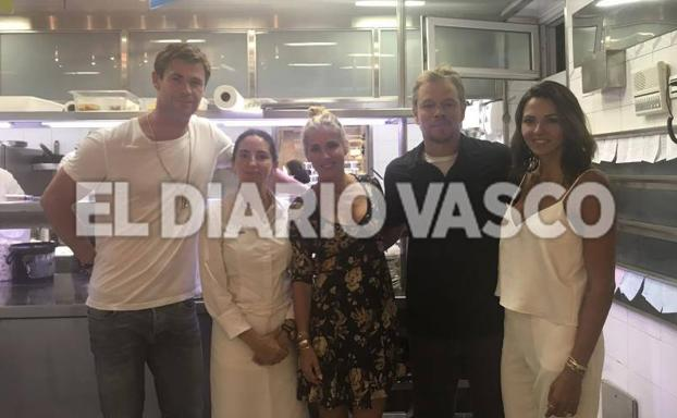 Chris Hemsworth y Matt Damon con sus parejas, en Arzak