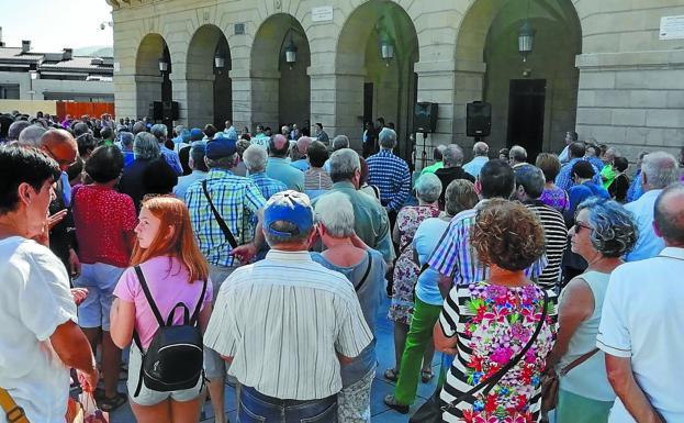Concentración de pensionistas, ayer, en la plaza San Juan, ante el Ayuntamiento de Irun ./M. J. ATIENZA