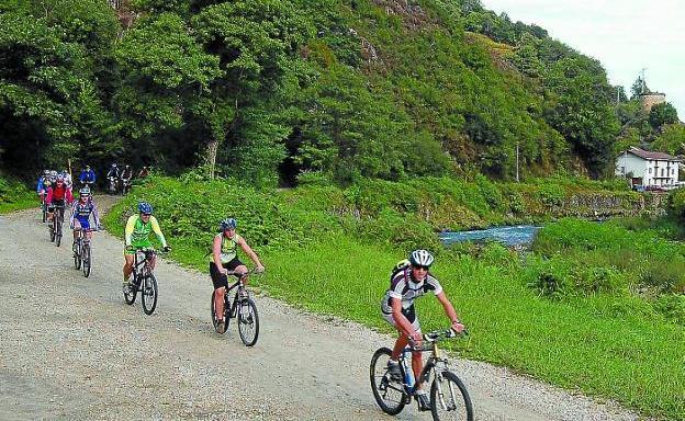 Junto al río. Un grupo de ciclistas pedalea por la Vía Verde del Bidasoa./ALICIA DEL CASTILLO