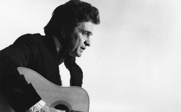 Johnny Cash toca la guitarra. /Archivo