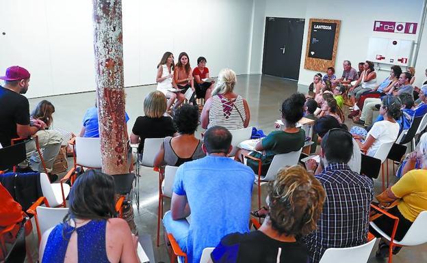 Voluntarios de la Red de Acogida de Irun y migrantes se concentraron en el Ayuntamiento. /De la Hera