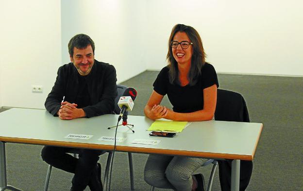 Presentación. El artista Xabier Erkizia y la delegada de Cultura Juncal Eizagirre, en la sala Menchu Gal./