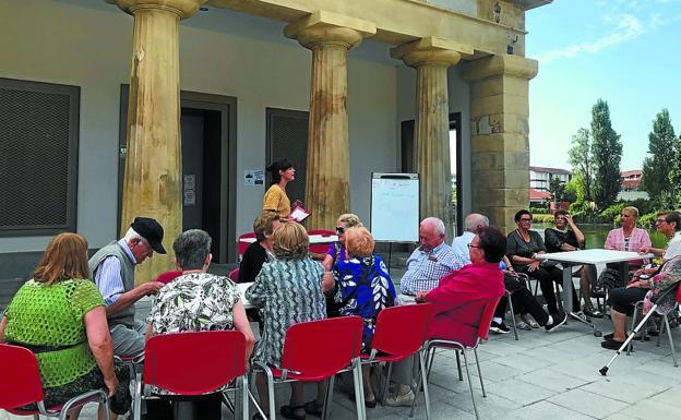 Talleres. Participantes en el programa 'Udan gogoz', en el local de mayores de Behobia. /