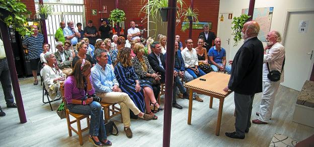 Josin Galzakorta, presidente de la Asociación Jacobi, acompañado del expresidente Demetrio Grijalba, se dirige a los asistentes en la inauguración. /FOTOS F. DE LA HERA