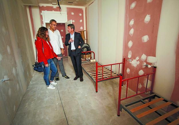 Cristina Laborda, Sergio Corchón y José Antonio Santano, en la visita de ayer. /  F. DE LA HERA