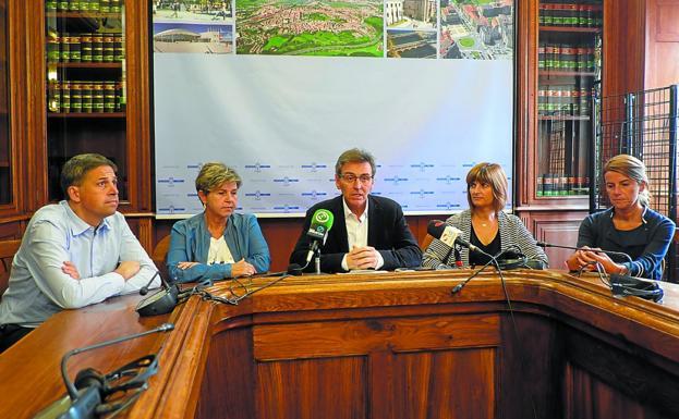 José Enrique Corchón, Lourdes Larraza, Xabier Iridoy, Josune Gómez y Miren Ramonita Guezuraga. / F. DE LA HERA