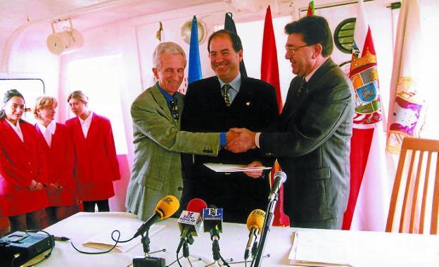 Imagen histórica. Los alcaldes Raphael Lassallette (Hendaia), Borja Jauregi (Hondarribia) y Alberto Buen (Irun) firmaron la constitución del Consorcio en un barco anclado en mitad de la bahía. / F. DE LA HERA