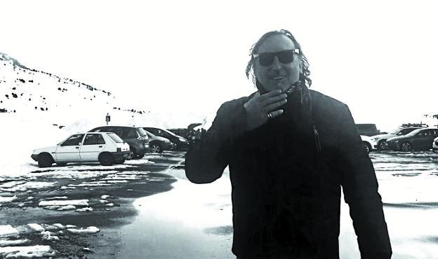 Eduardo Iglesias elige para la entrevista esta foto, tomada en invierno en el Pirineo. «Es un paraíso que me inspira», dice./DV