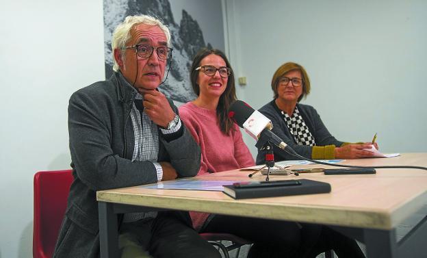 Iñaki García Camino, Juncal Eizaguirre y Cristina Aguirre, ayer en rueda de prensa./