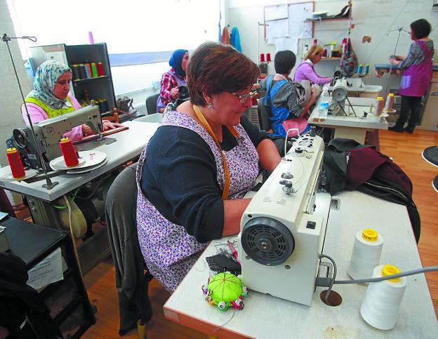 Crecimiento. El taller de Hazlan cuenta con 12 empleadas que serán ya 13 a partir del lunes. / F. DE LA HERA