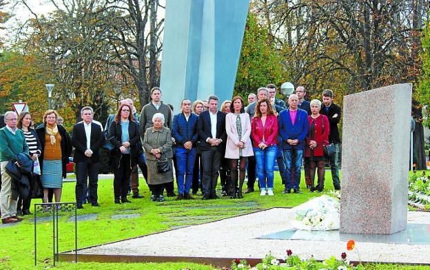 Ofrenda a las víctimas. Familiares y políticos se reunieron en la avenida de Iparralde. /  F. DE LA HERA