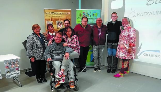 Autores. Representantes de las asociaciones Agisas, Gielmar, Katxalin y Bizibide, con el delegado de Bienestar Social./F. DE LA HERA