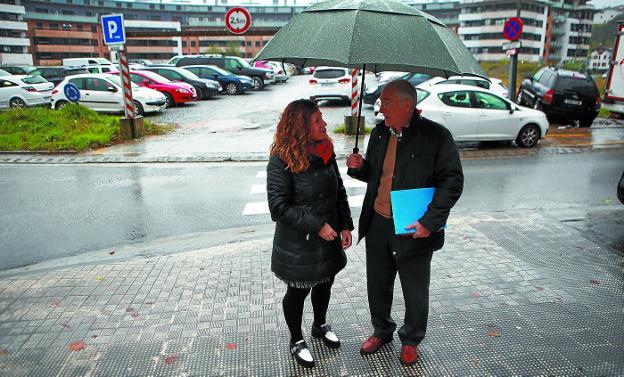 De parking a parque. Cristina Laborda, delegada de Obras, y Pedro Lapazaran, director del área. / F. DE LA HERA