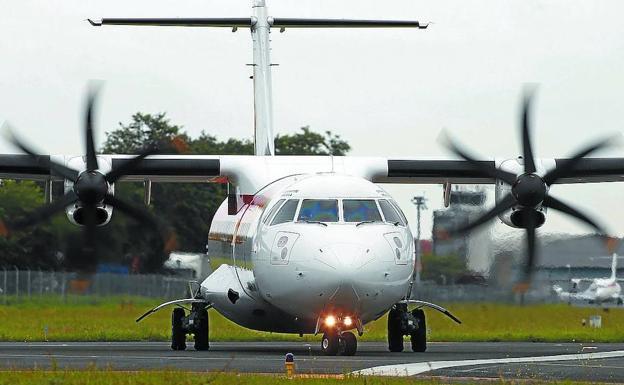 Un avión recién aterrizado en la pista del aeropuerto de San Sebastián/Lusa
