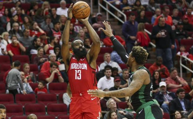 James Harden lanza con la oposición de Marcus Smart. /Troy Taormina-USA TODAY Sports