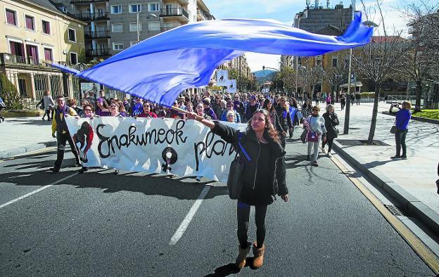 Cabecera de la multitudinaria manifestación del pasado 8 de marzo, a su paso por el paseo de Colón. /  F. DE LA HERA