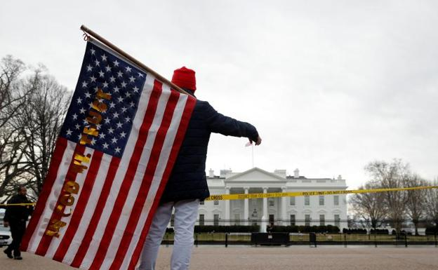 Un ciudadano protesta contra Donald Trump frente a la Casa Blanca en Washington. /Reuters