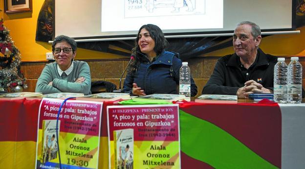Autora. Mertxe Tranche y Tino Zamora acompañaron a Aiala Oronoz en la presentación del libro. /F. DE LA HERA