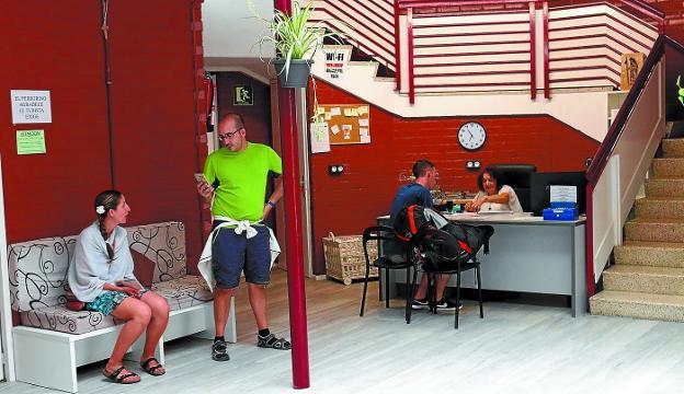 De estreno. Jacobi abrió en julio la nueva sede del albergue de peregrinos local, en el parvulario de la calle Lesaka./F. PORTU
