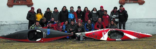 Integrantes de Santiagotarrak en la segunda prueba de la Copa de Euskadi, en el río Bidasoa. /