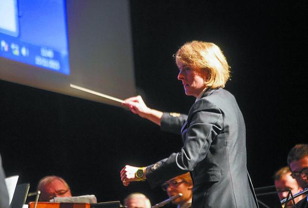 Alazne Alberdi, dirigiendo a los músicos durante un concierto. /F. DE LA HERA
