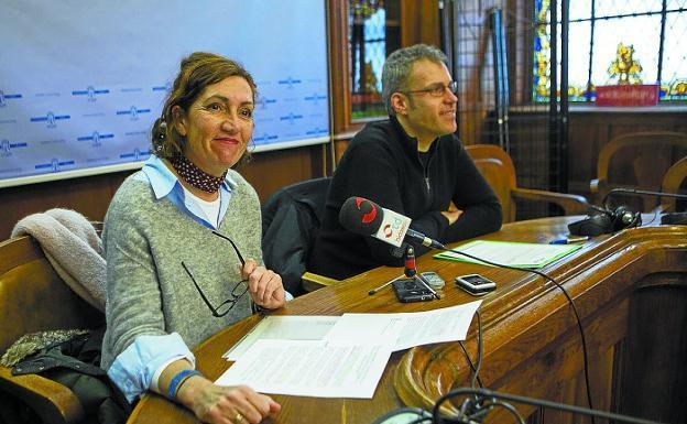 Gabriela Michel y Sergio Corchón ofrecieron ayer una rueda de prensa para presentar la charla./F. DE LA HERA