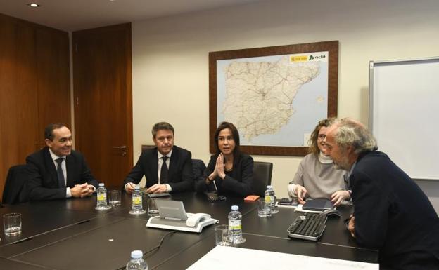 La presidenta de la gestora ferroviaria Isabel Pardo de Vera y el alcalde José Antonio Santano, se reunieron el pasado jueves en Madrid./DV