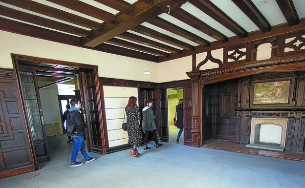 El salón con la chimenea, en la planta baja, conservará su aspecto original después de la reforma. / FOTOS: FERNANDO DE LA HERA
