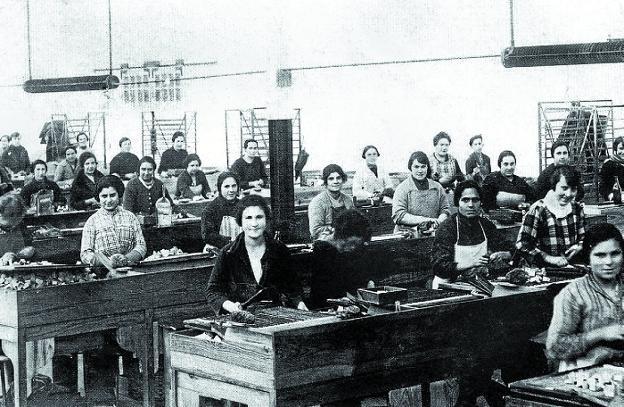 Las cerilleras en el interior de la fábrica de Irun, en una fotografía tomada a comienzos del siglo XX. /