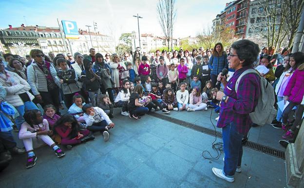 Mertxe Trantxe condujo el paseo guiado sobre mujeres irundarras que organizó Parean Elkartea y visitó distintos puntos de la ciudad./F. DE LA HERA