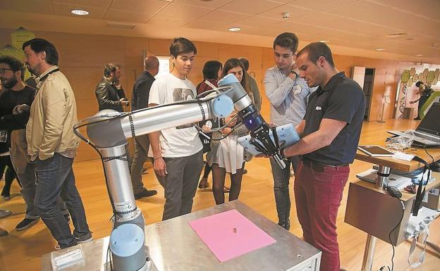 Asistentes a una edición anterior de Krea Bidasoa, en uno de los stands de nuevas tecnologías./F. DE LA HERA