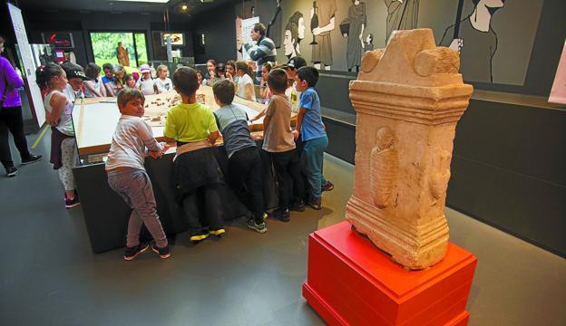 Un grupo de escolares visita el museo, durante la exposición temporal 'Mulieres' que acogió Oiasso el año pasado. / F. DE LA HERA