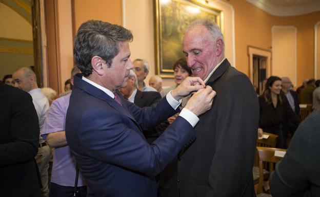 El alcalde, José Antonio Santano, impone la Medalla de Oro de la Ciudad al médico Luis Mari Elorz y primer presidente del Foro Ciudadano./FOTOS F. DE LA HERA
