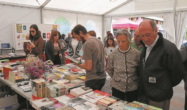 Gran afluencia. Durante la mañana, la carpa de la feria del Día del Libro recibió a mucho público y de muy distintas edades. / F. PORTU